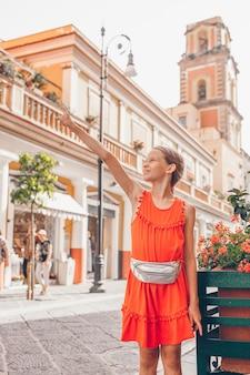 Menina adorável na cidade europeia, apontando algo