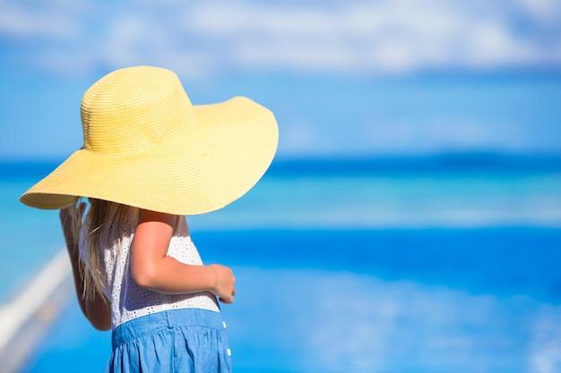 Menina adorável na praia durante as férias de verão