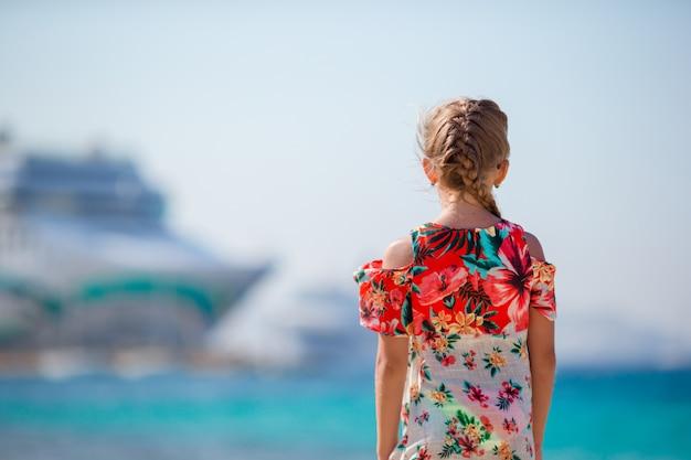 Menina adorável na praia fundo grande lainer na grécia