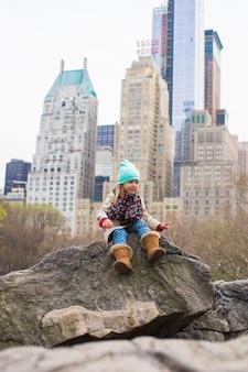 Menina adorável no central park em new york city, américa