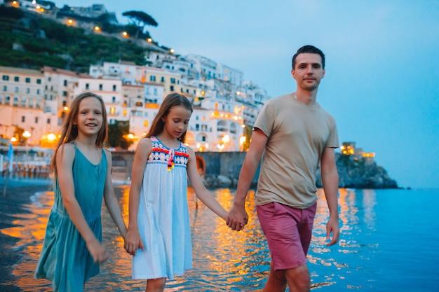 Menina adorável no pôr do sol na cidade de amalfi, na itália