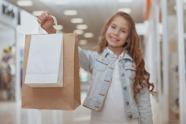 Menina adorável no shopping