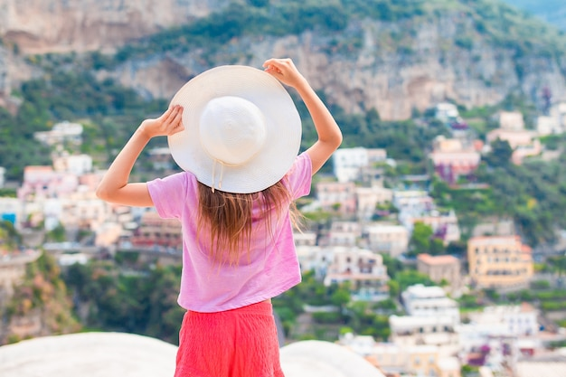 Menina adorável num dia quente e ensolarado de verão na cidade de positano na itália