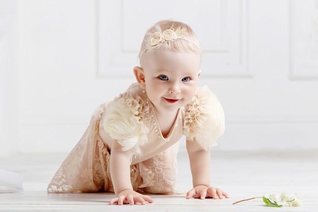 Menina adorável rasteja no chão
