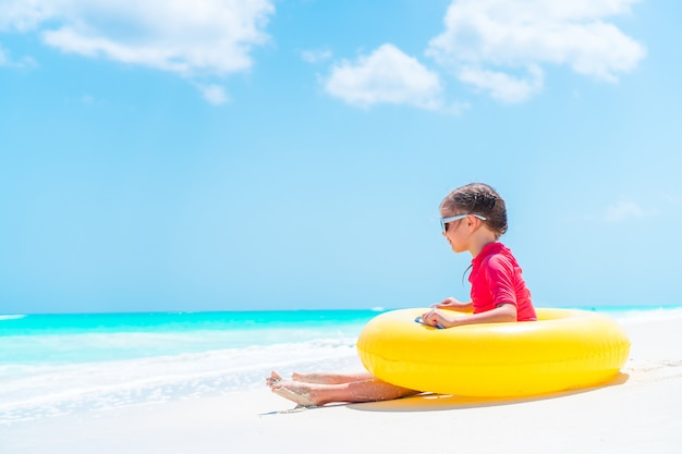 Menina adorável se divertindo na praia