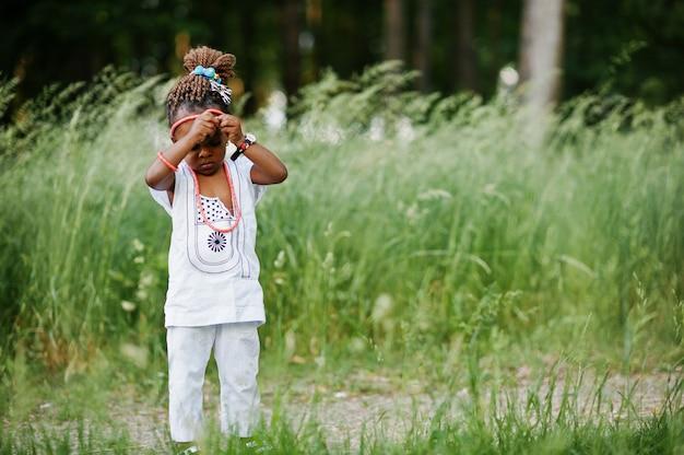 Menina africana andando no parque