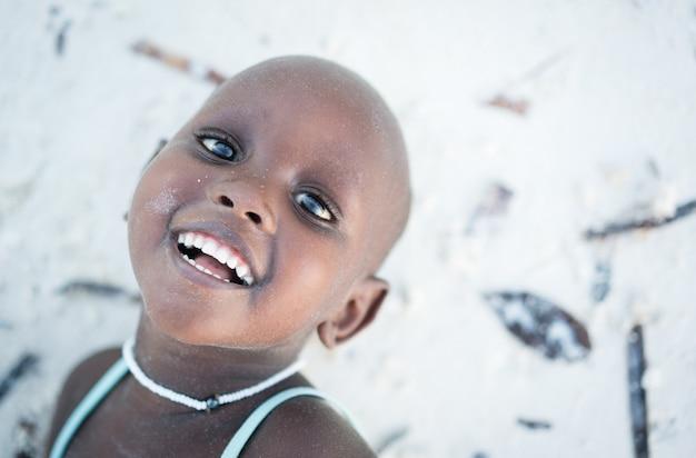 Menina africana bonita pequena na praia