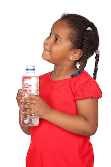 Menina africana com garrafa de água isolada em um over branco