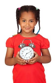 Menina africana com um relógio prateado isolado em um over branco