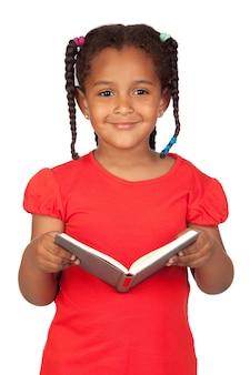 Menina africana lendo um livro isolado em um over branco