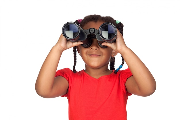 Menina africana, olhando através de binóculos