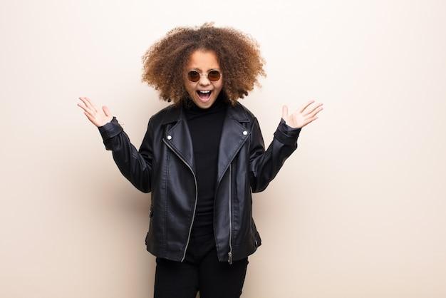 Menina afro-americana contra parede plana. conceito legal