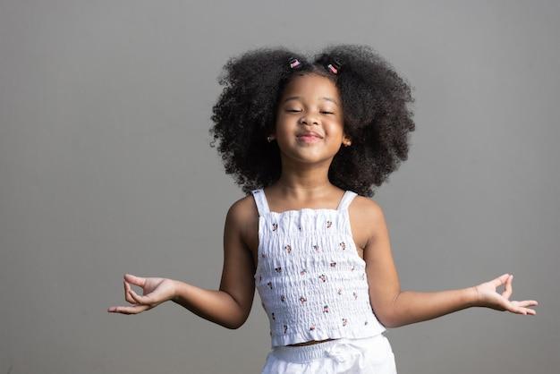Menina afro-americana de cabelo encaracolado dançando hiphopbody conceito de positividade