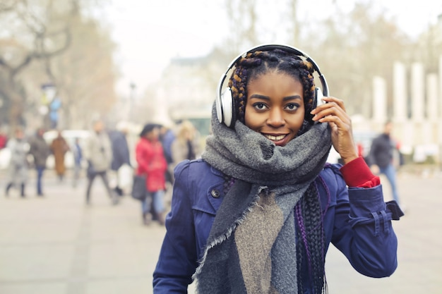 Menina afro urbana elegante