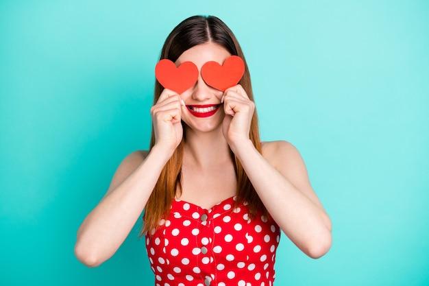 Menina alegre aproveite o feriado de 14 de fevereiro capa olhos pequeno coração de cartão de papel vermelho