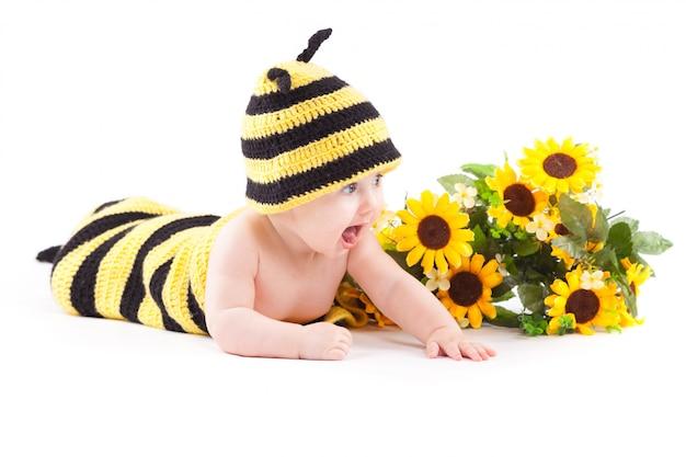 Menina alegre bonito em traje de abelha