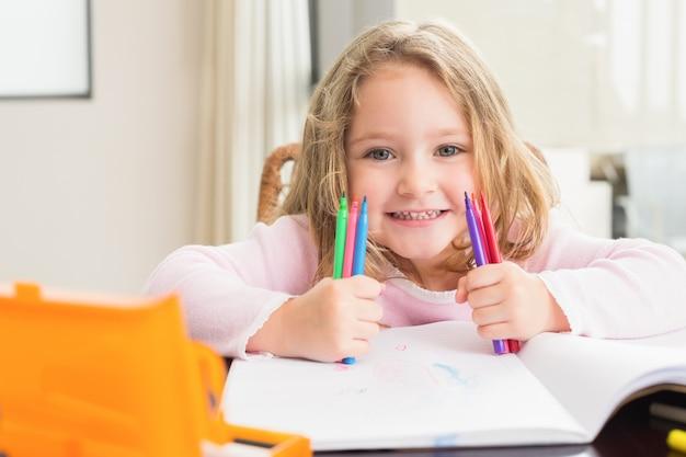 Menina alegre colorida na mesa