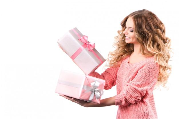 Menina alegre com caixa de presente.