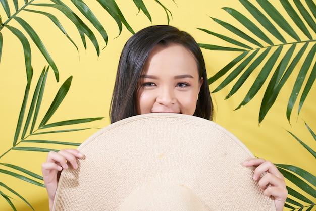 Menina alegre com chapéu