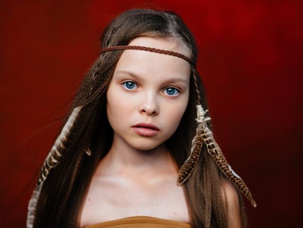 Menina alegre com maquiagem de moda indígena americana