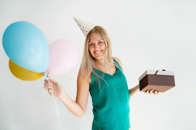 Menina alegre do aniversário que aprecia a festa