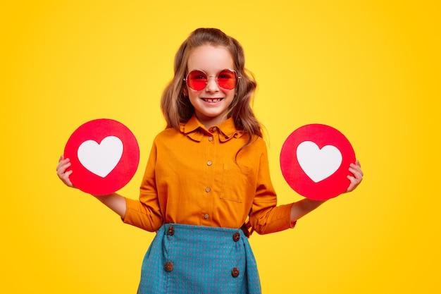 Menina alegre e elegante com sinais de coração