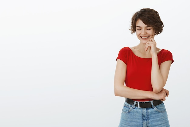 Menina alegre e elegante sorrindo feliz para a câmera
