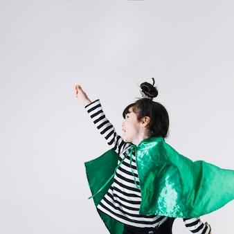 Menina alegre em traje de super-heróis