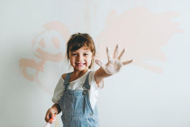 Menina alegre, mostrando a mão pintada