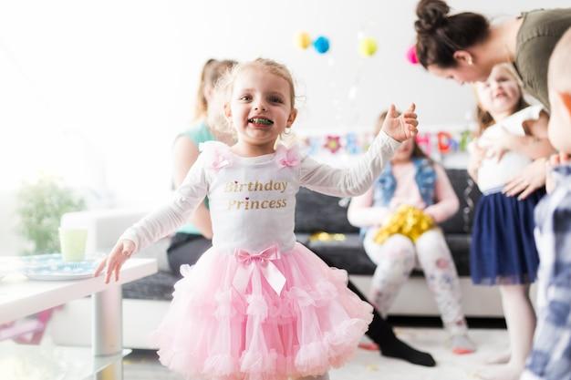 Menina alegre na festa de aniversário