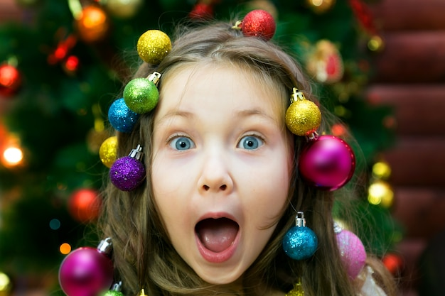 Menina alegre na véspera de ano novo.