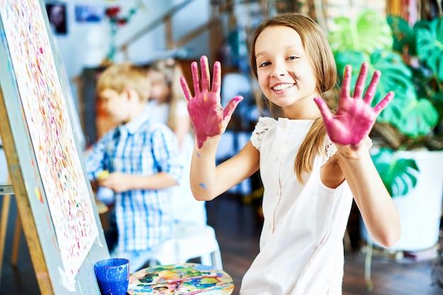 Menina alegre no art studio