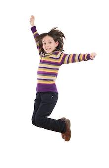 Menina alegre pulando sobre um fundo branco