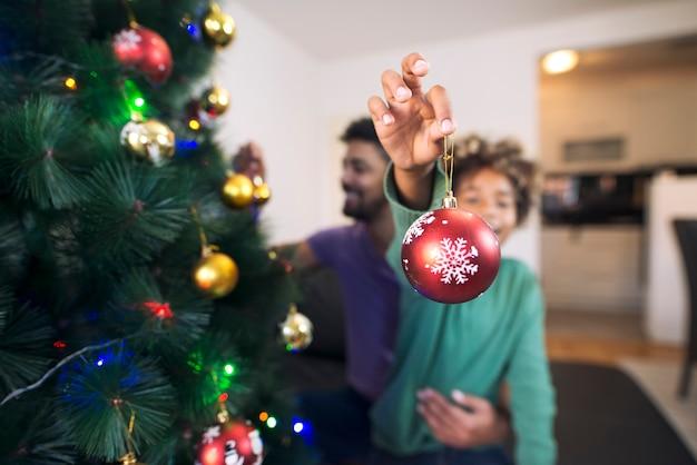 Menina alegre segurando a decoração de natal e curtindo as férias