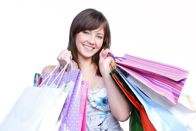 Menina alegre segurando sacolas coloridas