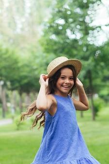 Menina alegre sorrindo na natureza