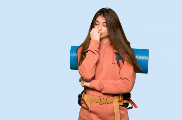 Menina alpinista tendo dúvidas em azul
