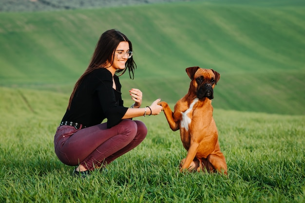 Menina, amando, dela, boxer, cão, em, a, prado verde