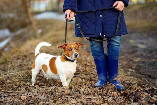 Menina andando com seu cachorro amigo.