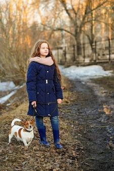 Menina andando com seu cachorro.