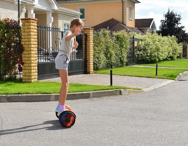 Menina andando em um hoverboard na estrada