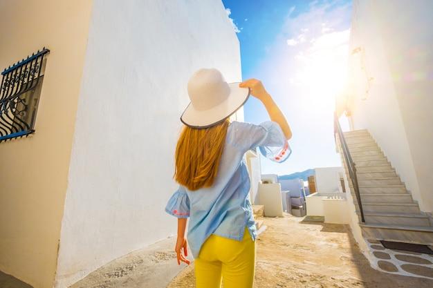 Menina andando em uma rua grega