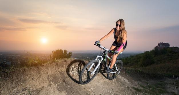 Menina andando na bicicleta de montanha
