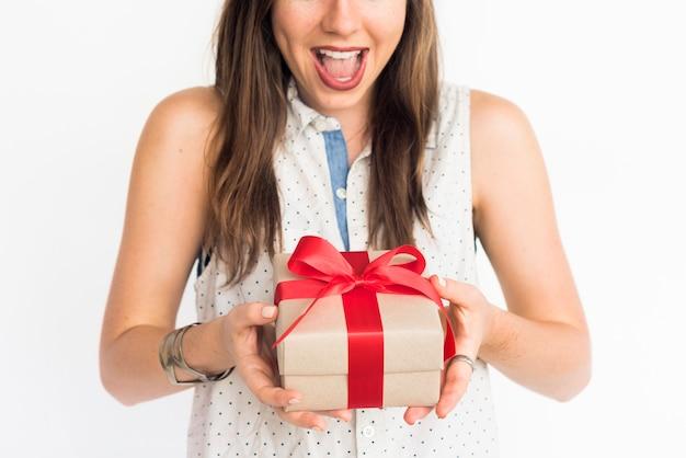 Menina animada com um presente embrulhado