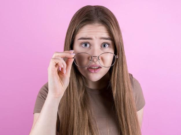 Menina animada e espantada ouve notícias terríveis de quarentena sobre coronavírus e tira os óculos