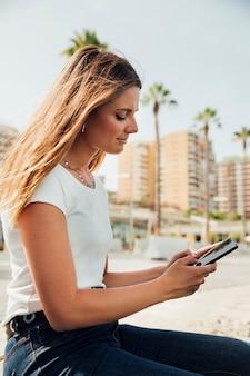 Menina ao ar livre close-up, segurando o telefone