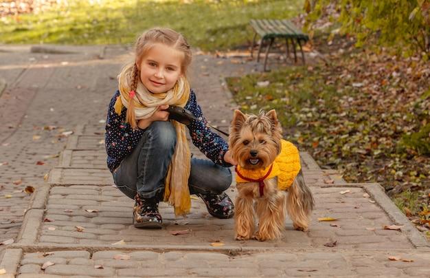 Menina ao lado do yorkshire terrier