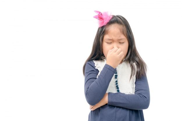 Menina aperta o nariz com as mãos de dedos com nojo