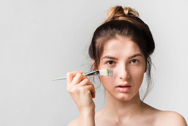 Menina, aplicando, mesma, cosmético, produto