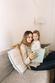 Menina, apontar, livro, enquanto, leitura, com, mãe